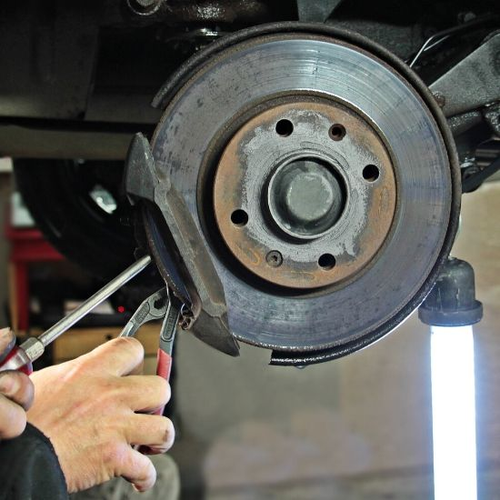 Auton korjaus - jarrulevyjen vaihto